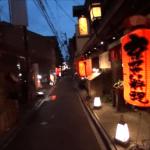 夕暮れの京都・先斗町通を通り抜ける